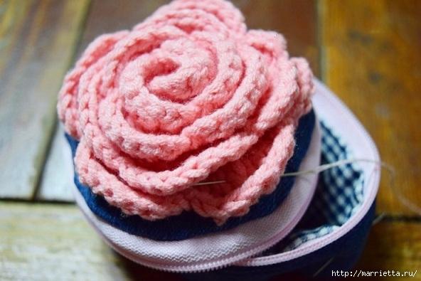 Шьем кошелек из джинсов с вязаной крючком розой (17) (592x395, 150Kb)