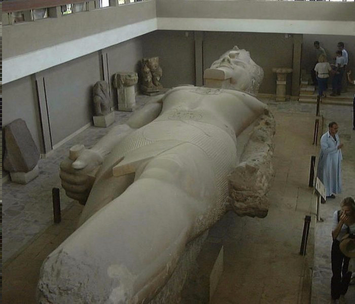 Giant-statue-of-Ramesses-II-in-Memphis (700x600, 238Kb)