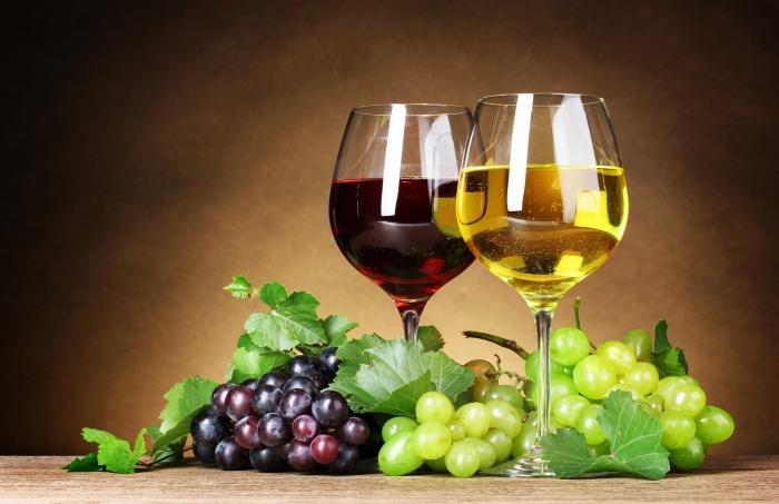 oboi-na-stol.com-270214-raznoe-beloe-listya-vino-vinograd-bokaly-grozdi-yagody-krasnoe (700x453, 225Kb)