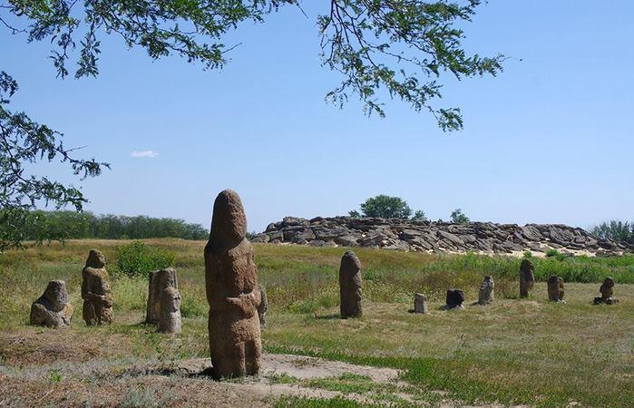 6144623_Scythian_kurgan_stelae_Zaporizhya_region_Ukraine (700x450, 70Kb)