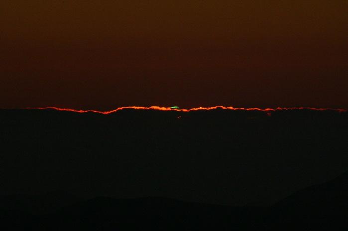 Зелёный луч, наблюдавшийся в обсерватории Ла Силья 15 октября 2005 г. (699x464, 41Kb)