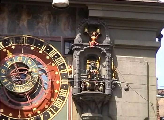 Часы с движущимися фигурками из разных городов Европы