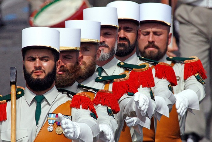 Где и почему запрещают носить усы и бороду
