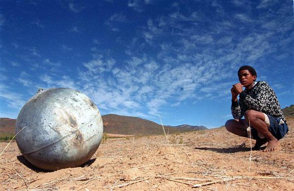 Space-debris-A-metal-ball-001 (601x390, 69Kb)