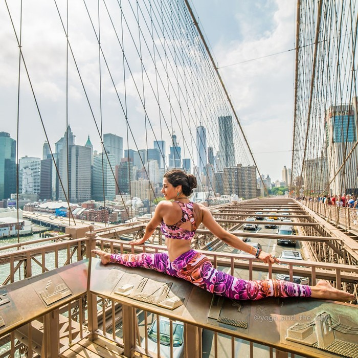 Яркая йога на фоне городских пейзажей