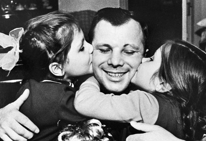 Юрий Гагарин и дочери (700x479, 55Kb)