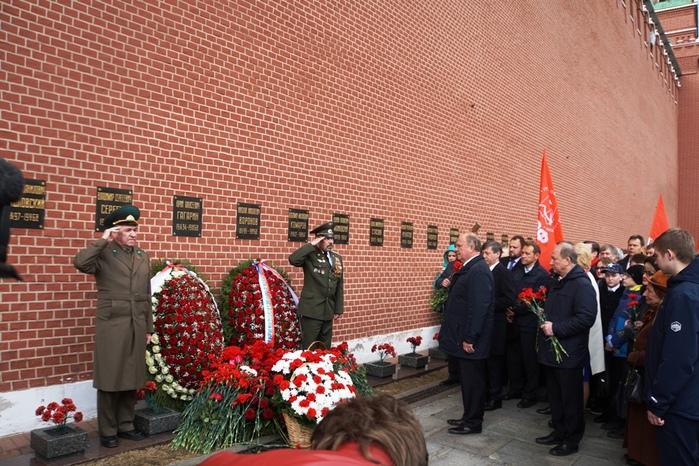 12 04 17 У кремлёвской стены (700x466, 205Kb)