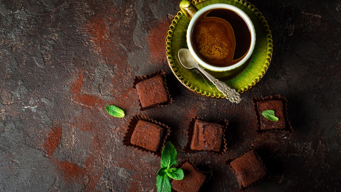 eda-napitok-kofe-chashka-lozhka-bliudtse-konfety-shokolad-mi (700x393, 397Kb)