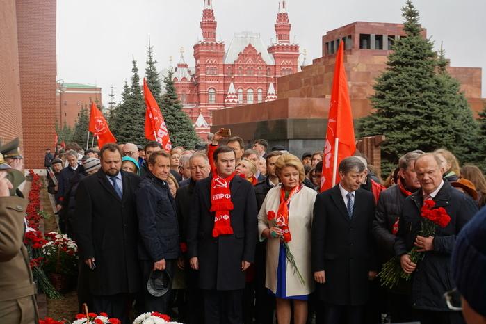 У Кремлёвской стены (700x466, 144Kb)