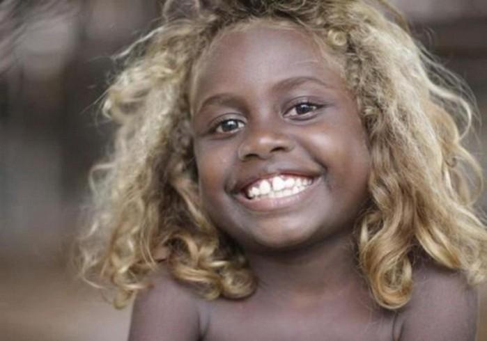 Необычные жители Меланезии с темной кожей и светлыми волосами