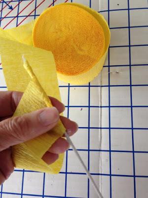 Декоративное пасхальное яйцо из проволоки и гофрированной бумаги (2) (300x400, 121Kb)