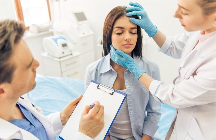 plastika-v-SSHA-hirurg-proveryaet-lico-pacientki-foto (700x454, 252Kb)