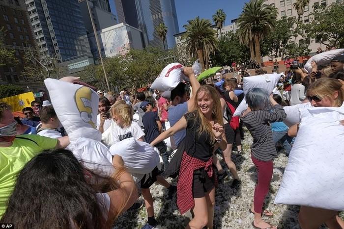 Самая веселая драка подушками в Лос Анджелесе и Нью Йорке