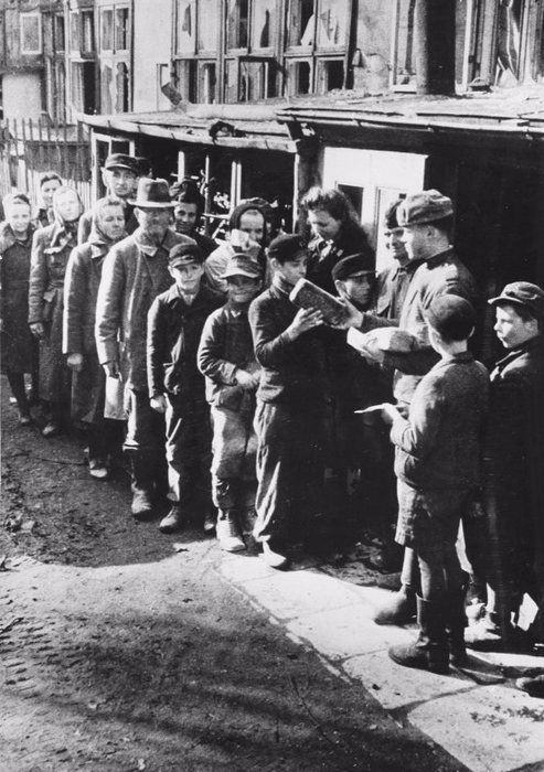Советские солдаты раздают хлеб жителям немецкого города Бреслау. 1945 (493x700, 236Kb)