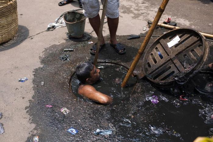 чистильщик канализации бангладеш 2 (700x466, 342Kb)