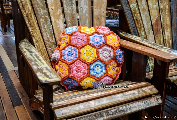 Интерьерная подушка мотивами «африканский цветок» (1) (700x474, 344Kb)