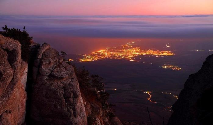 Вид на ночную Алушту (700x410, 266Kb)