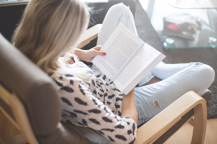 блондинка-в-голубых-джинсах-читает-книгу (700x466, 327Kb)