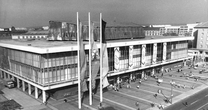 Bundesarchiv_Bild_183-1985-0918-026,_Dresden,_Kulturpalast (700x372, 170Kb)