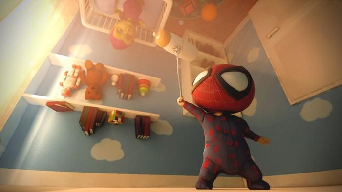 Ребенок спайдермен ловко взбирается на стульчик!
