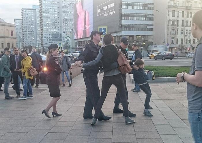 Варварское задержание ребенка в Москве: соцсети шокированы, сотрудники МВД извинились