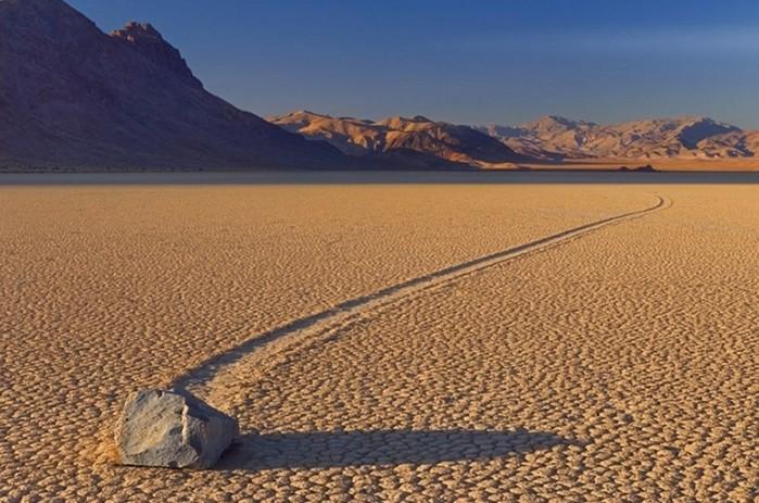 Движущиеся камни Долины смерти (Америка)