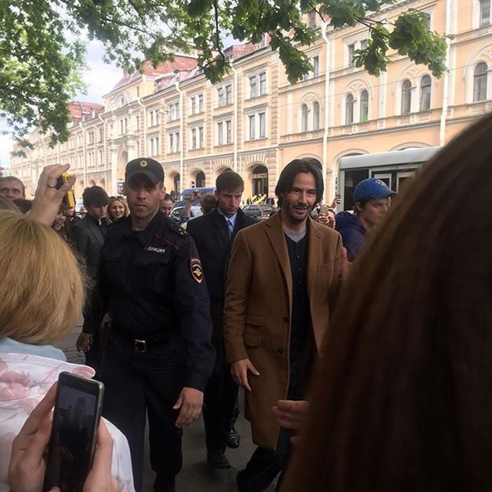 Киану Ривз на улицах Санкт Петербурга (фото)
