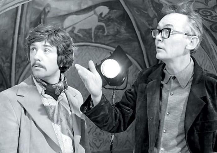 Какие эпизоды вырезали из комедии «Иван Васильевич меняет профессию»?