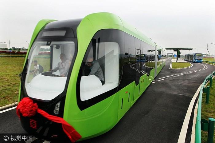 Китайский поезд вместо рельсов использует дорожную разметку