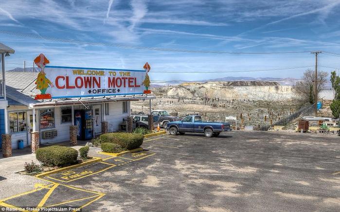 мотель клоунов в тонопе 2 (700x436, 368Kb)