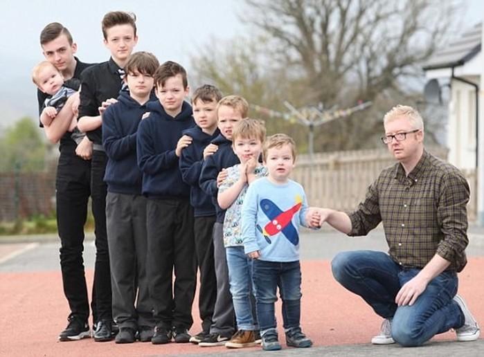 В шотландской многодетной семье рождаются только мальчики