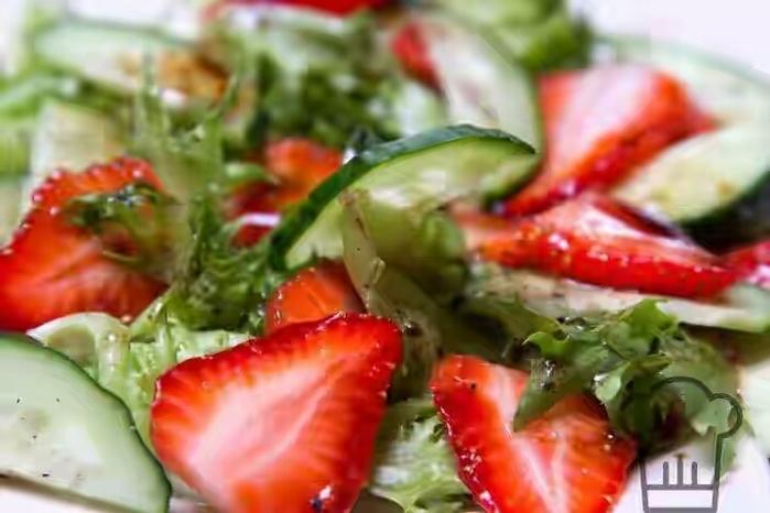 salat-iz-ogurcov-i-klubniki-7 (700x466, 199Kb)
