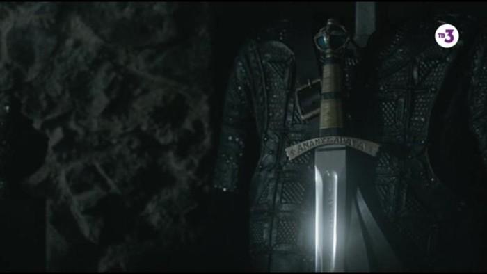 Что означает надпись Ananyzapata на мече?