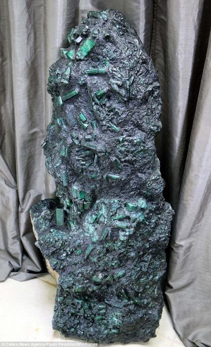 гигантский изумруд в бразилии 1 (427x700, 349Kb)