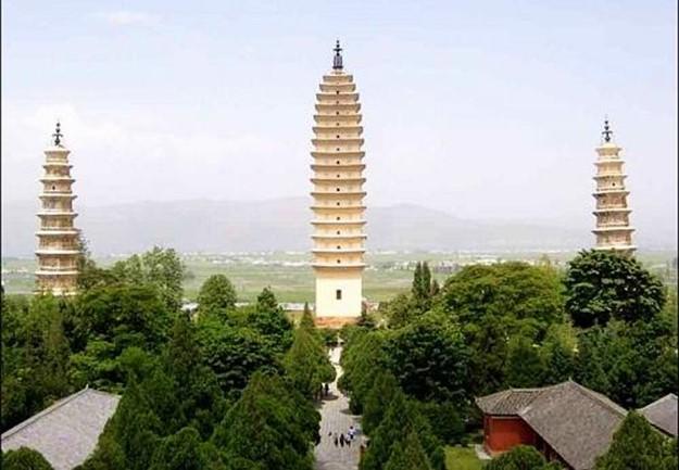 Китайская пагода горит огнями