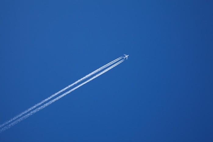 Почему за самолетом остается белый след?