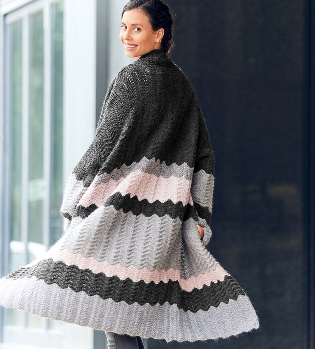 Эффектное трехцветное пальто спицами в стиле Миссони