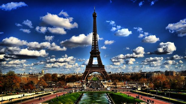 3862295_www_getbg__net_eiffel_tower_on_background_of_clouds_in_paris_france_073037_ (620x349, 54Kb)