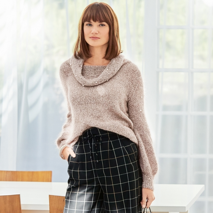 Вязаный свитер с декором из бусин