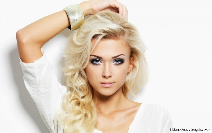 3925073_Blondegirlcurlyhairwhitebackground_1920x1200 (700x437, 133Kb)