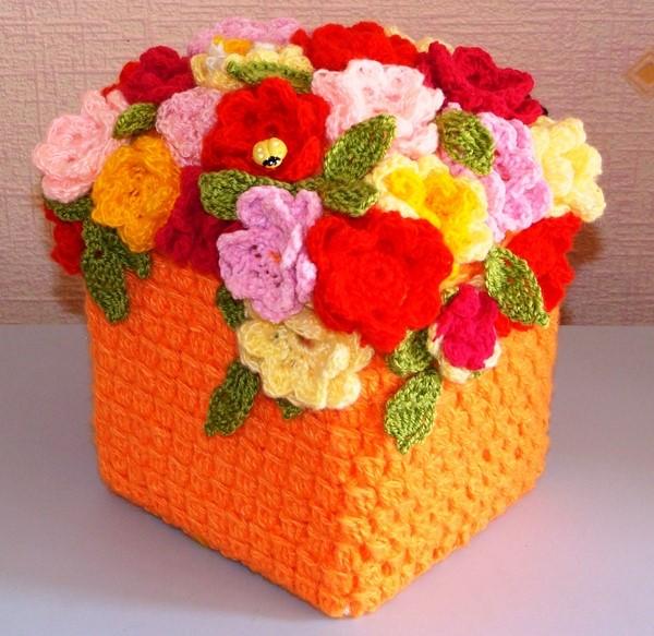 Квадратная вязаная шкатулка с большим букетом  цветов