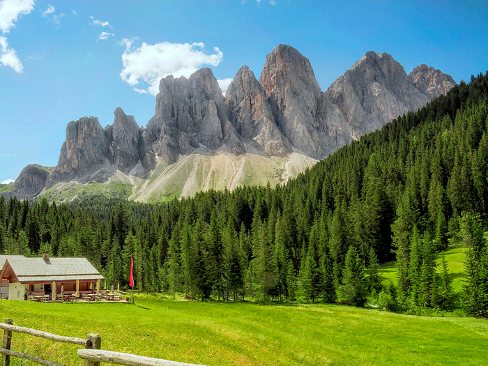 Italy_Forests_Houses_Mountains_Grasslands_Santa_542158_2048x1536 (700x525, 567Kb)