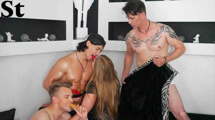 Эротическая фотосессии: полуголая фанатка группы «На На», кетчуп и бананы