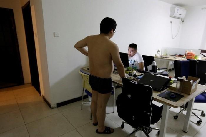 Сотрудники китайских компаний спят и моются прямо в офисах