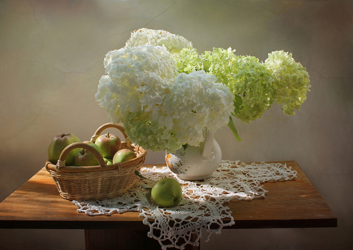 Still-life_Hydrangea_Apples_Table_Wicker_basket_537449_1280x907 (700x496, 397Kb)
