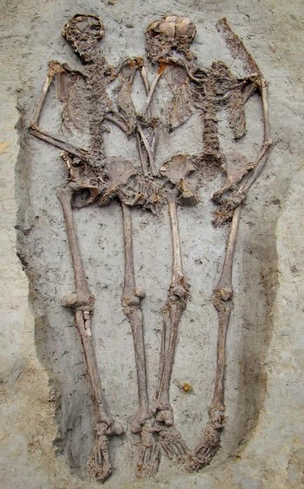 Держащиеся за руки «влюбленные скелеты» оказались мужчинами