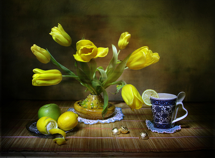 Still-life_Tulips_Lemons_Yellow_Cup_543996_1280x943 (700x515, 177Kb)