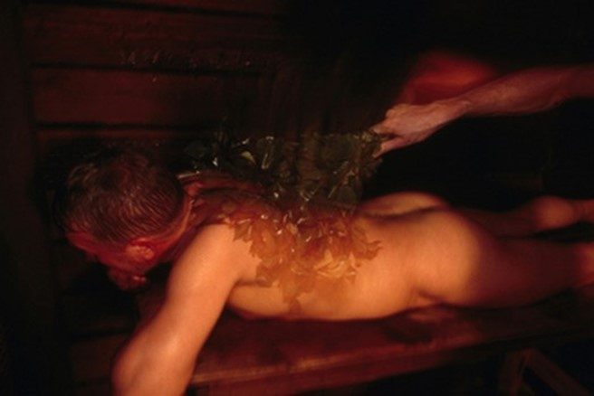 Женщина насиловала незнакомцев в сауне и шантажировала
