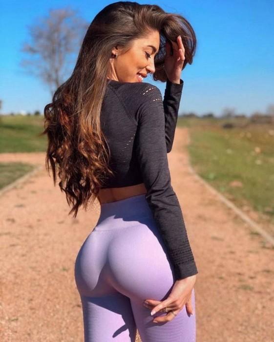 Девушки в штанишках для йоги