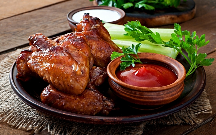 3509984_Roast_Chicken_Vegetables_Wood_planks_Plate_Ketchup_512667_2560x1600 (700x437, 279Kb)
